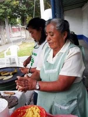 Doña Braulia (who has been involved with the market since it began) prepares tlacoyos with local organic corn and beans for hungry customers in Chapingo