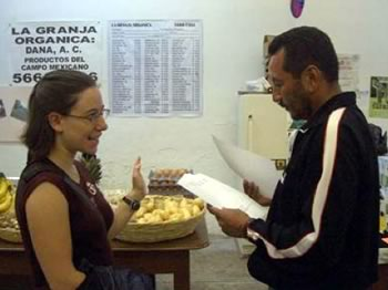 Erin Nelson, one of the authors, and Fidel Mejia, the Coordinator of the Chapingo Market checking registration forms