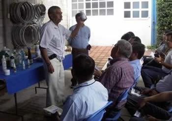 Ing. Sergio Trueba de NOCON explica los principios del manejo de plagas y enfermedades en la producción orgánica y el funcionamiento de diferentes insumos