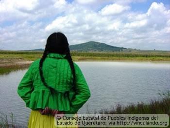 Mujer indígena mirando al horizonte