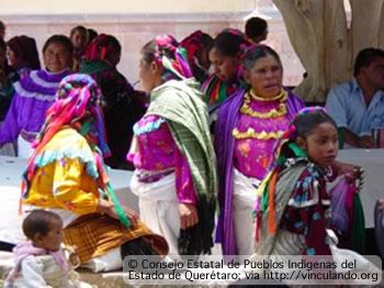 Mujeres indigenas con vestimenta típica, Querétaro