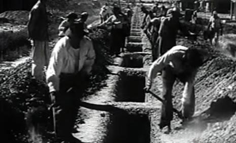 Alumnos de la Escuela de Albañilería trabajando en la reconstrucción de San Juan