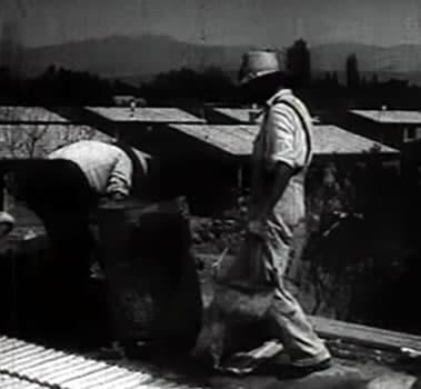 Alumnos de la Escuela de Albañilería trabajando en la construcción de uno de los barrios obreros que se erigieron en San Juan después del terremoto de 1944